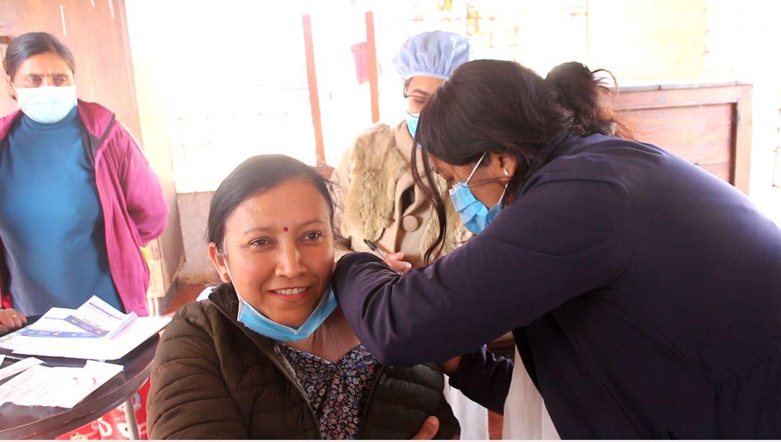 कोरोना विरुद्धको खोप लगाउदै पाल्पा अस्पतालका स्वास्थ्कर्मी ।तस्वीरः नयाँधार