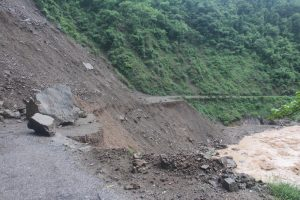 गौडे पुल नजिकै सडक बग्दा सिदार्थ राजमार्ग अवरुद्ध