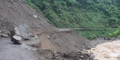 गौडे पुल नजिकै सडक बग्दा सिद्धार्थ राजमार्ग अवरुद्ध